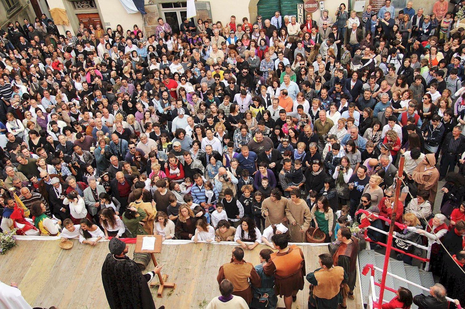 Festa della Stagion Bona in Panzano - Audience for the outdoors mediaeval play